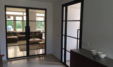 een stalen binnendeur in huis